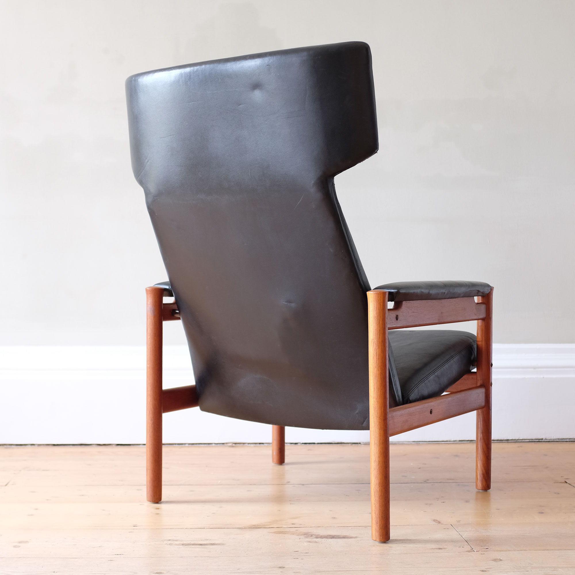 Vintage-Danish-Leather-Wingback-Chair-by-Fritz-Hansen-ii
